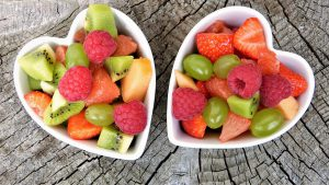 salades de fruits dans bols en forme de coeur